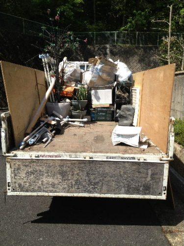 次々と不用品を荷台で積み上げます