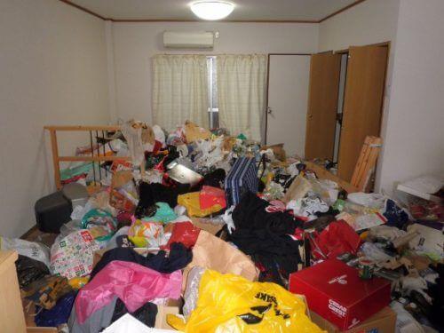 大阪市中央区のゴミ屋敷の不要品回収作業は、積み上げられたモノで床は完全に埋没した中で行われる