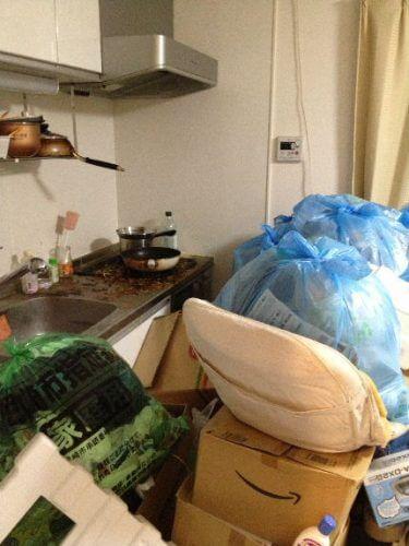ゴミが積み上がり、調理に立つことすら出来ないキッチン