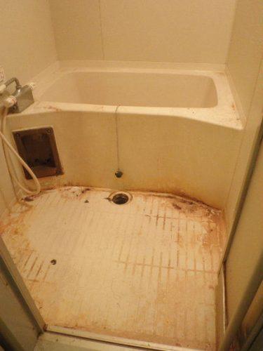 ひどい水垢と汚れがこびりつくバスルーム