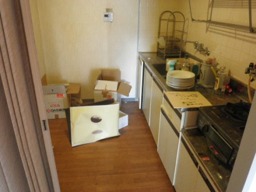 キッチン、シンクなどの水回りと食器などの片付けが先決