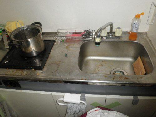 シンク回りの食器をどけると、そこかしこにシミや汚れが