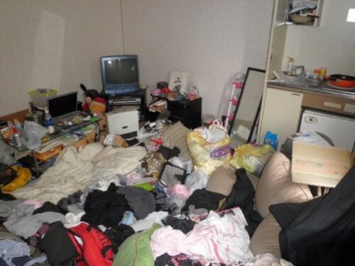 部屋全体に膝丈まで埋まる不用品だらけの汚部屋