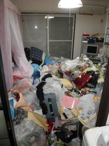 異臭が立ち込める閉め切られたゴミ屋敷の片付け作業