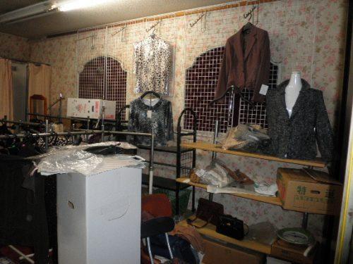 衣料品の陳列棚・什器も回収処分