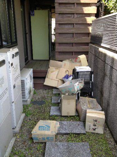 家の周囲にも点在するゴミや不要品