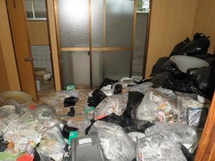 都島区ゴミ屋敷の和室に漂う悪臭