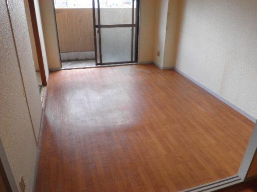 リビング床の汚れを除去、除菌で気持ちよくクリーニング