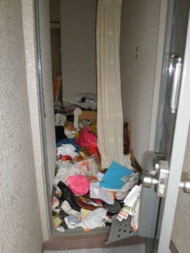 悪臭が侵入を阻むゴミ屋敷の玄関