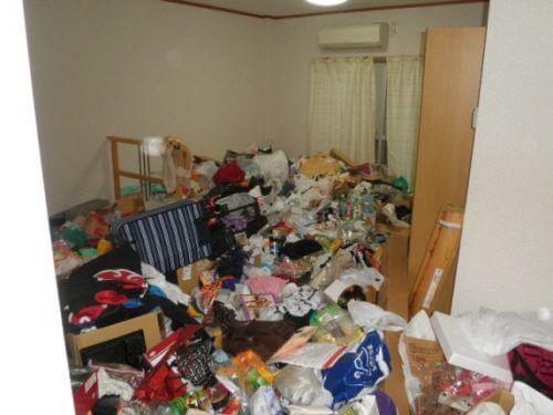 飲食物の腐敗臭も立ち込める最凶の室内状況