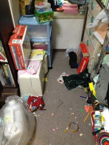 本棚もちょっとしたスペースにも不用品が詰められて行き場のない状況