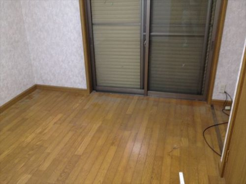 ベッドの不用品回収後に埃が残る床