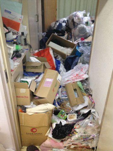 玄関からビッシリとすき間なく詰まった不要品とゴミのミルフィーユ