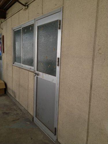 一切の掲示物を撤去回収、ドアを締める
