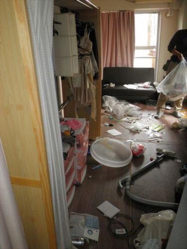 湿気でカビ臭い旭区のワンルームマンションの一室