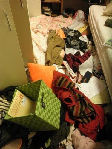 ベッド周りに整理できないモノの山が積もった住之江区の汚部屋