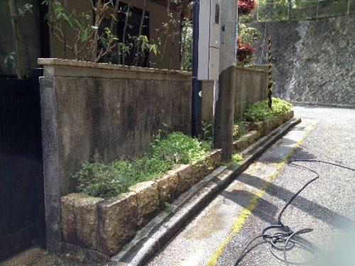長年の汚れで壁がすっかりくすんでしまった生駒市のお宅