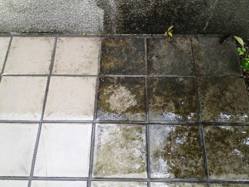 戸建て敷地内のタイルを高圧洗浄中