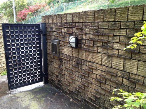 入り口の門近辺の汚れた外壁