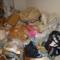 布団・衣類などの不用品で散らかり、床の見えない寝屋川某所の汚部屋