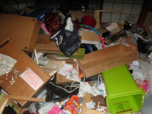 不用品で何の部屋かもわからないほど散らかった寝屋川市の和室