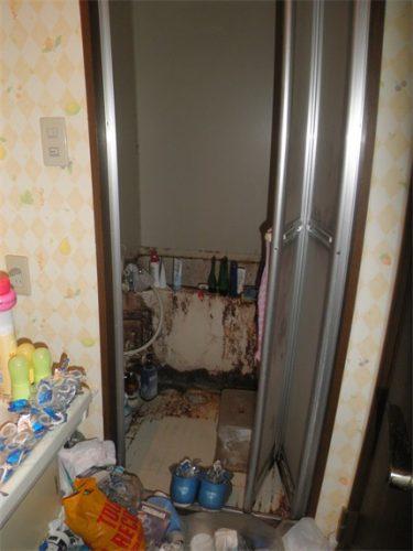 洗面所越しに見えるゴミ屋敷の汚れきったバスルーム