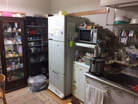 湯呑み茶碗や陶器類がビッシリ収納された食器棚の処分