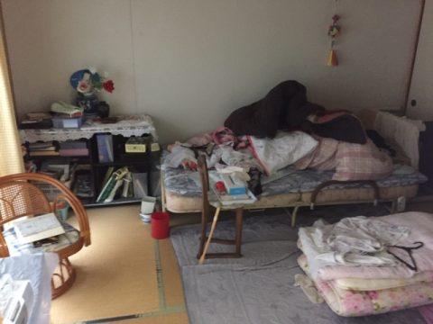 寝具の他に身の回りの物が置かれた和室