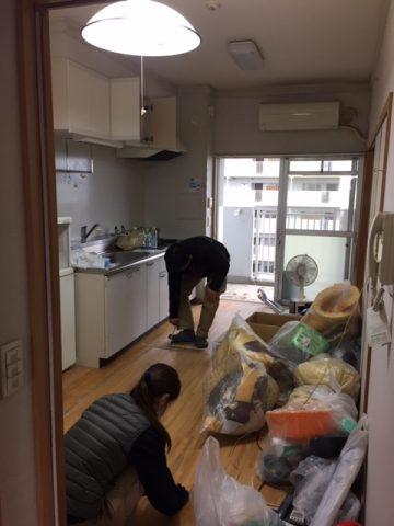 片付け作業で、一時的にゴミ袋が積みあがるキッチン