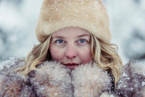 冬の防寒着でモコモコになる女性