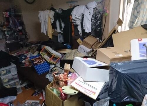 散らかった部屋と部屋干し衣類