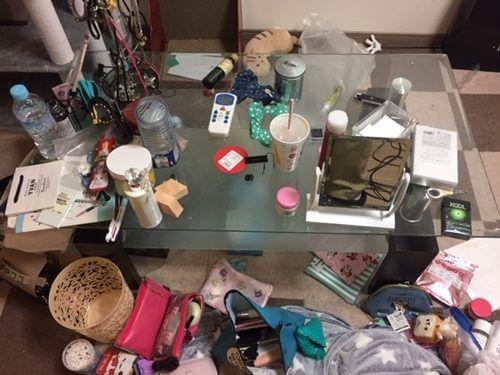 いつも散らかったままのテーブル