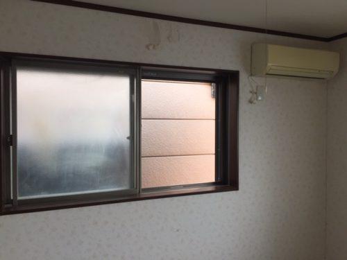 ネコの尿が付いた窓と毛玉で汚染されたエアコン