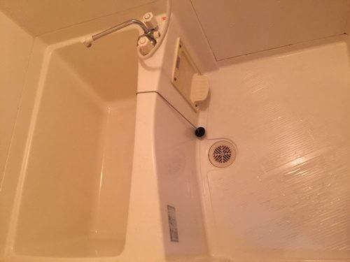 汚れを除去すると明るくなったバスルーム