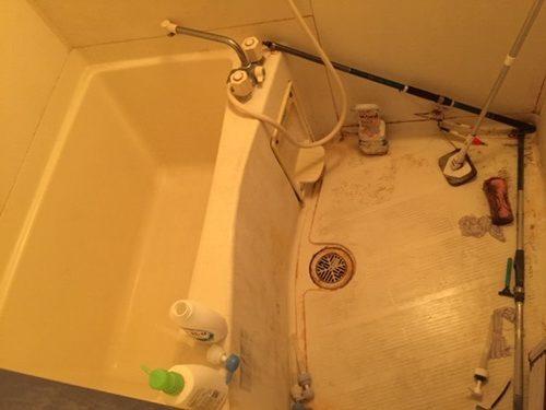 水垢、皮脂などの頑固な汚れが付着したバスタブ