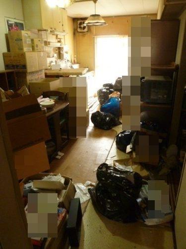 ゴミと必要なモノが共存するゴミ屋敷での片付け作業